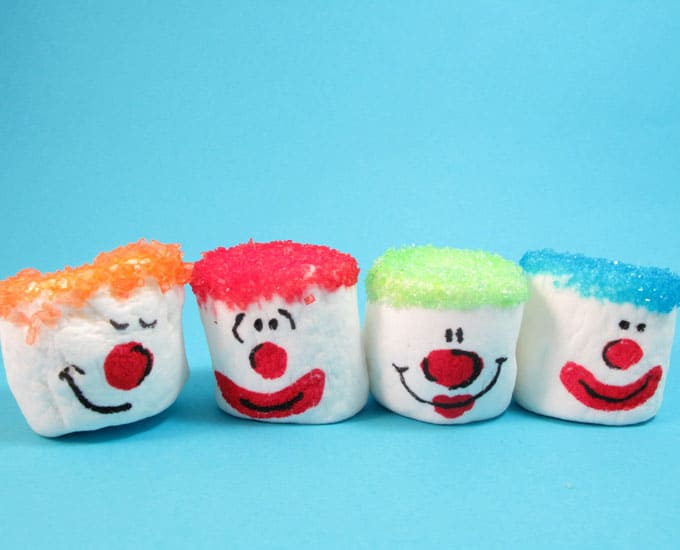 Clown marshmallows: How to decorate marshmallows with sprinkles and food coloring pens. #marshmallows #Clowns #PartyFood
