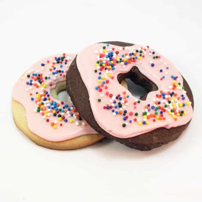 doughnut cookies: How to decorate cookies to look like donuts #donuts #doughnuts #donutcookies