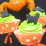 Halloween cupcake pops -- fun food for your Halloween party #Halloweencupcakes #CupcakeSkewers #MiniCupcakes #HalloweenPartyFood