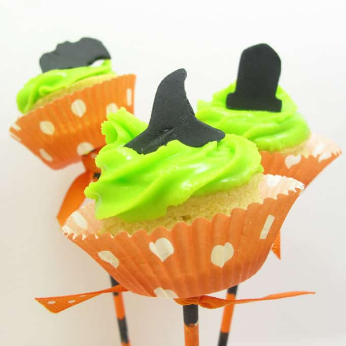 Halloween cupcake pops -- fun food for your Halloween party #Halloweencupcakes #CupcakeSkewers #MiniCupcakes #HalloweenPartyFood