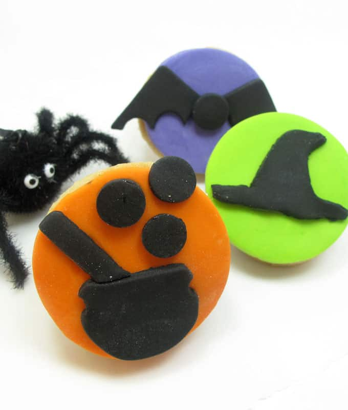 how to make silhouette cookies for Halloween with fondant #HalloweenCookies #CookieDecorating #Fondant