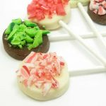 chocolate bark pops (with crushed candy canes) a cute, lollipop version of the traditional Christmas chocolate bark using candy clay