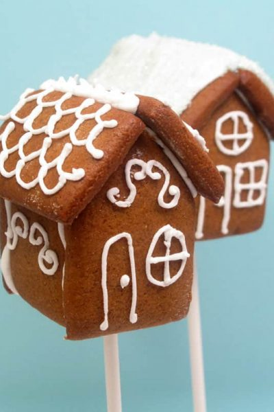 Gingerbread house pops: mini gingerbread houses on a stick. Fun food for Christmas! Clever holiday treat idea.