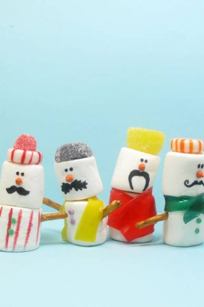These mustache marshmallow snowmen are a silly fun food treat for the holidays. #marshmallowsnowmen #christmas #wintertreats #mustache