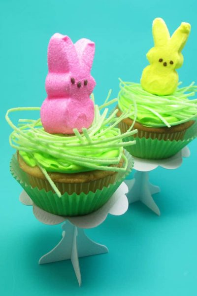 How to make easy Peeps cupcakes for Easter. #Peeps #cupcakes #Easterdesserts