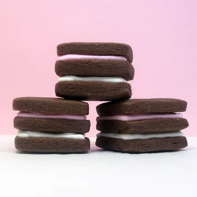 Neapolitan cookies: How to make Neapolitan chocolate sandwich cookies with chocolate extract for extra chocolatey flavor.  #Neapolitan #chocolate #sandwichcookies