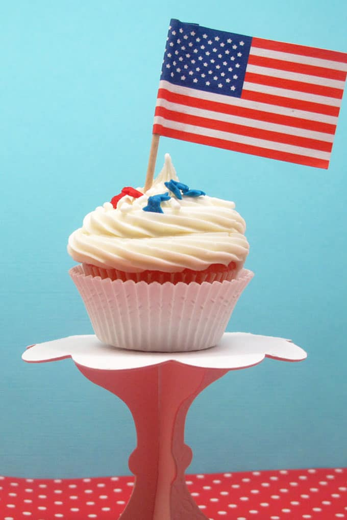 4th of July cupcakes! Easy red, white, and blue cupcakes.