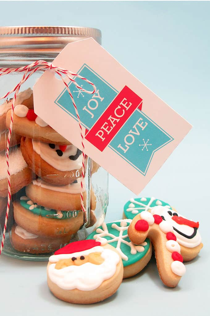 Super-cute decorated holiday cookies: How to make bite-size Christmas cookies in a jar. Great handmade gift idea for the holiday season!