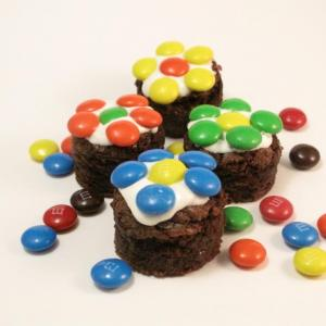 easy daisy brownie bites with M&Ms