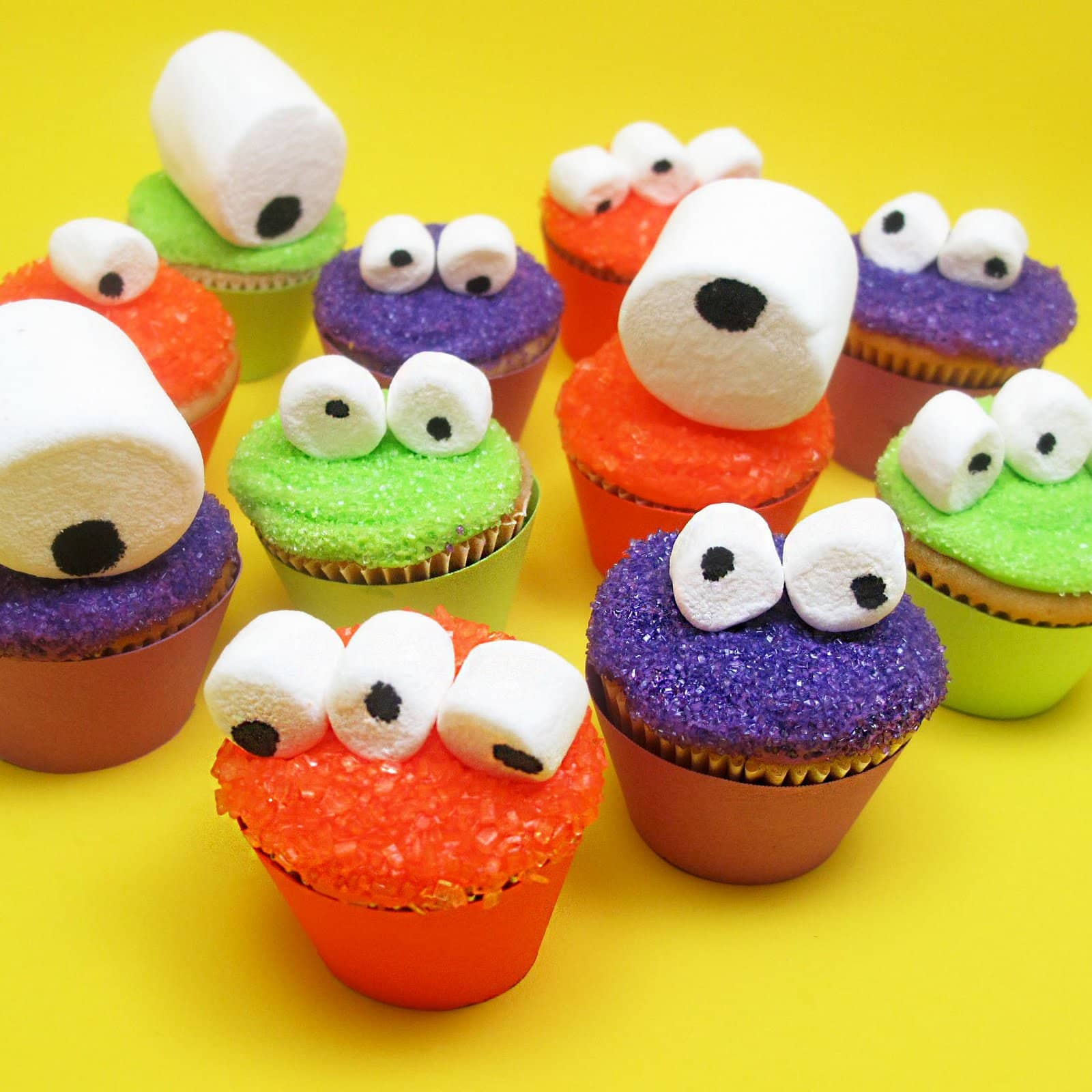 Mini monster cupcakes for an easy halloween treat idea - Halloween decorations for cupcakes ...