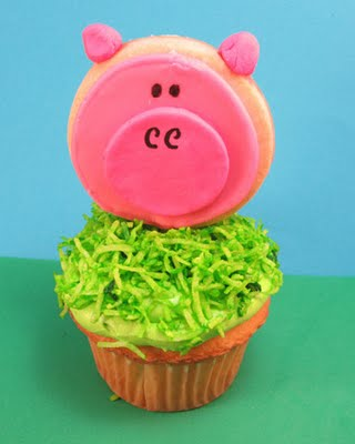 pig cupcakes with cookie toppers