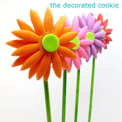 fondant daisy cookie pops