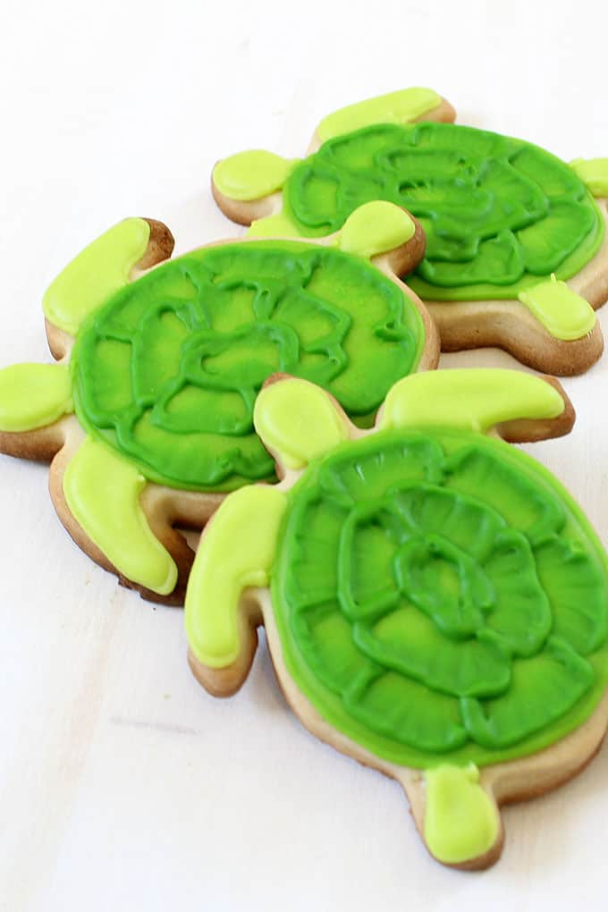 How to decorate turtle cookies with the brush embroidery technique, a fun summer cookie idea, beach party or BBQ party food idea.