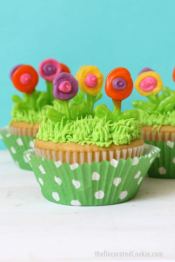 How to decorate spring cupcakes with royal icing flowers, and how to pipe grass on cupcakes with buttercream frosting. Fun cupcakes for spring.