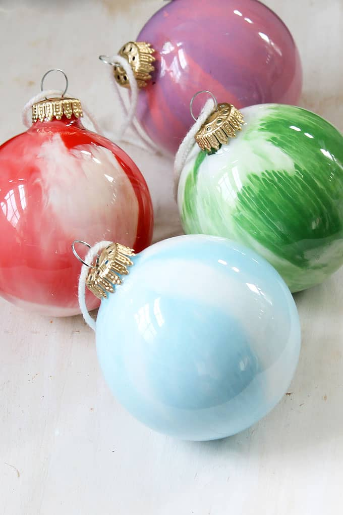 EASY PAINT SWIRL ORNAMENTS -- kid friendly Christmas craft -- DIY Christmas ornaments