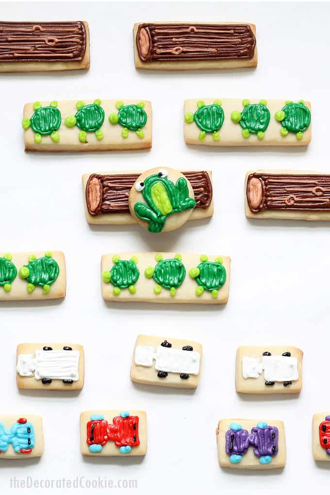 FROGGER VIDEO GAME COOKIES: How to decorate the popular '80s video game, Frogger, on cookies, a perfect handmade gift idea for a gamer. #VIDEOGAMES #1980s #frogger #atari #cookies #partyfood #cookiedecorating