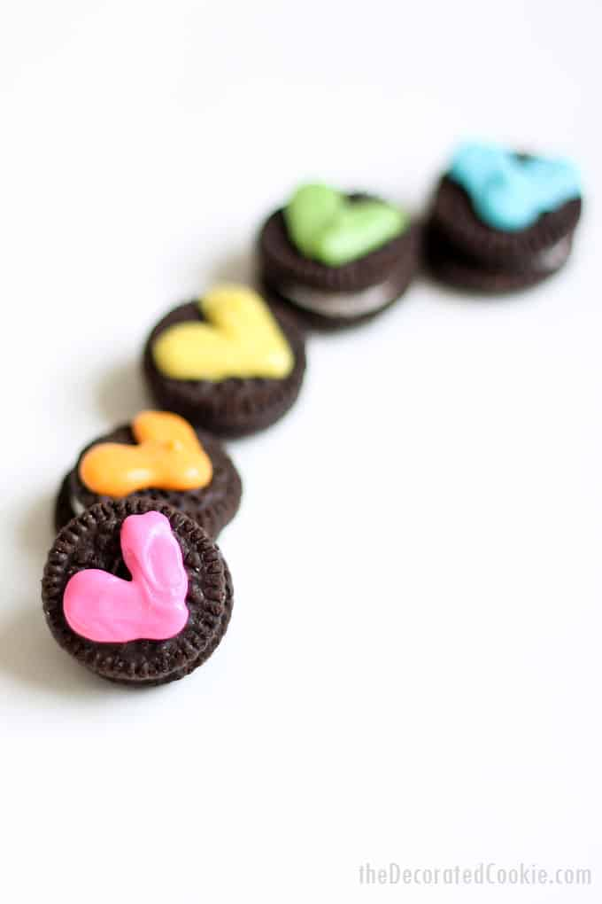 HEART RAINBOW MINI OREOS -- Easy treats for Valentine's Day, classroom parties, or for a rainbow party. Fun unicorn food idea. #oreos #rainbow #hearts #valentinesday #minioreos #unicornfood #rainbowparty