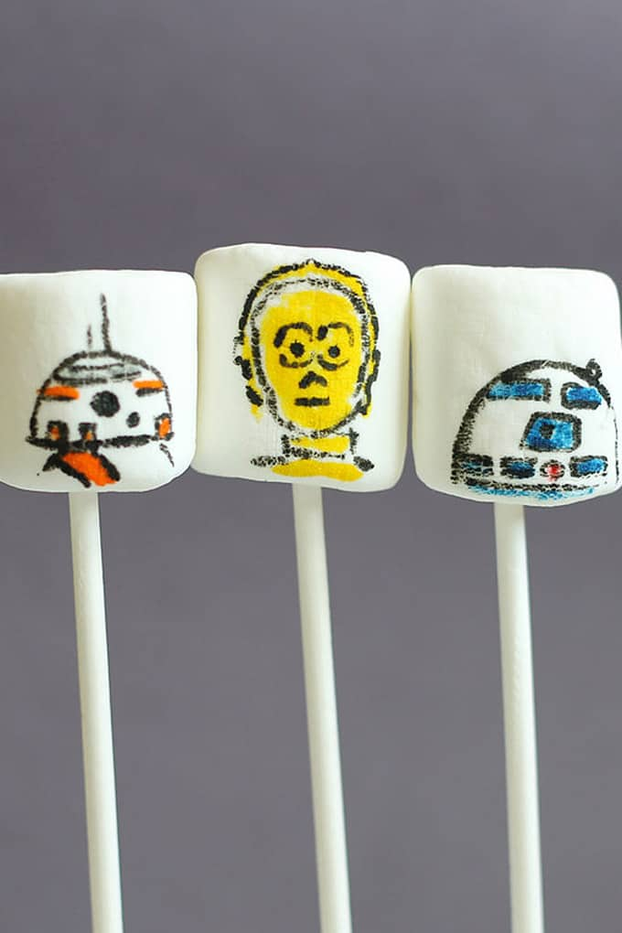 Star Wars marshmallows: How to draw Star Wars droids on marshmallows with food coloring pens. Fun Star Wars party food idea.