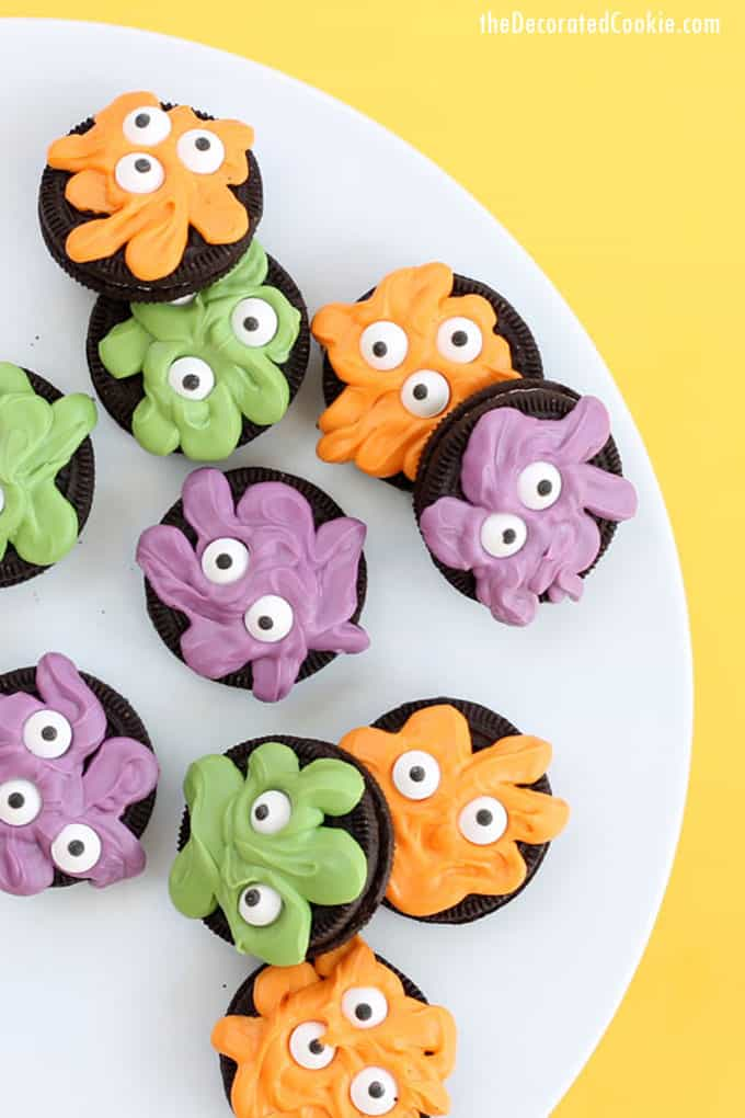 Monster Oreos are a quick and easy Halloween party food idea or just for fun Halloween treat for kids to make. #oreos #halloween #monster #candymelts