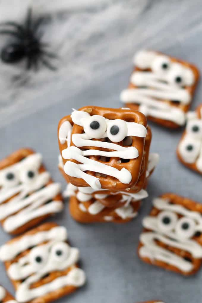Only 3 ingredients to make these simple and easy mummy pretzels treats for a fun food idea for your Halloween party. Mummy pretzels! #mummy #pretzels #chocolatecoveredpretzels #halloween #funfood #partyfood