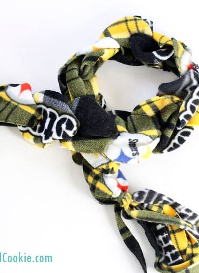 no-sew fleece scarf kids can make for Dad, holiday handmade gift idea