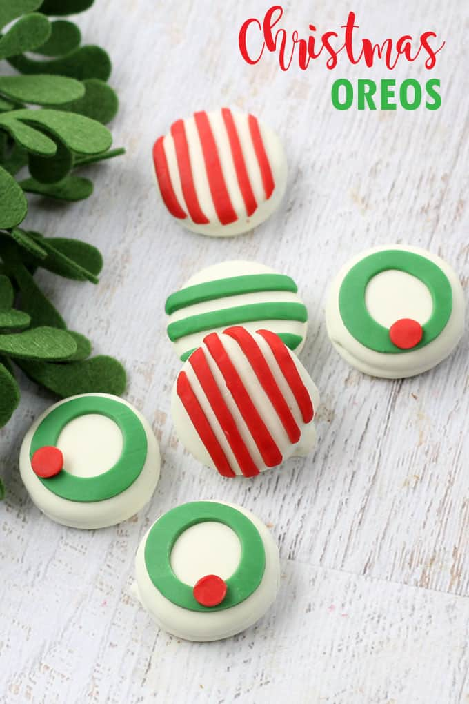 Candy clay Christmas Oreos: Decorating store-bought white chocolate covered Oreos for Christmas with candy clay is the easiest thing ever.