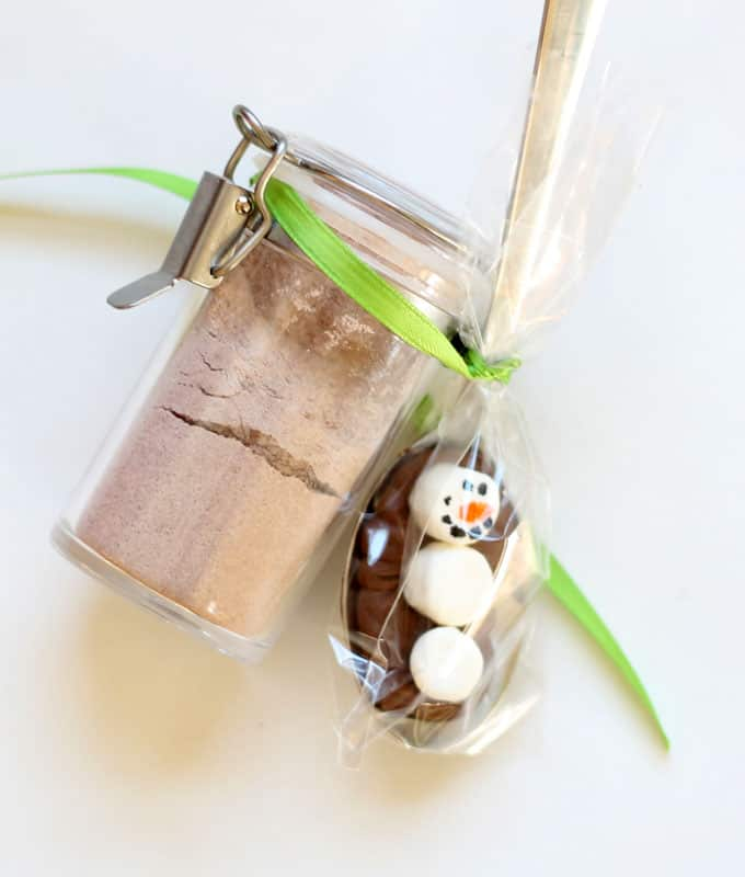 These super simple mini marshmallow snowman chocolate spoons are the cutest little gift idea. Package wth hot chocolate and a mug for a homemade gift.