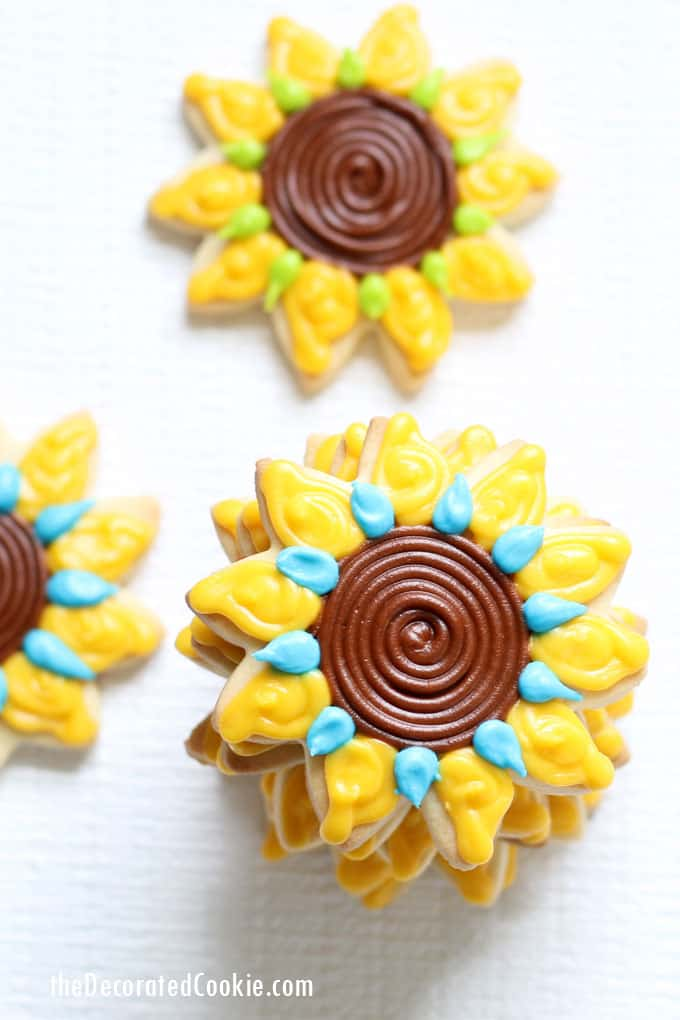 How to decorate sunflower cookies! #cookiedecorating #sunflowers #royalicing