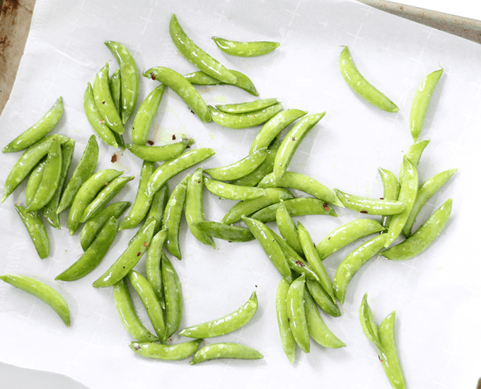 Roasted sugar snap peas are a healthy, easy side dish or snack idea. Great idea for a vegetable side dish. Video recipe included. #sugarsnappeas #snappeas #sidedish #roastedsnappeas #recipe #snack #healthy #lowcarb #glutenfree #vegetables