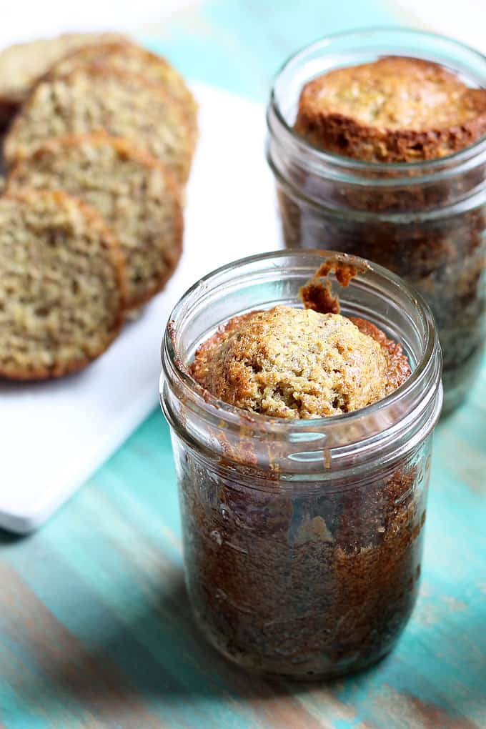 How to bake the BEST BANANA BREAD in a jar. Easy, healthy banana bread baked in cute mason jars with video recipe. Perfect homemade gift idea.