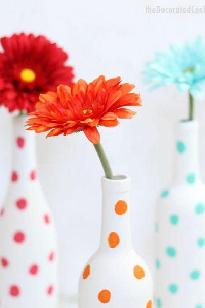 how to paint wine bottles -- painted polka dot wine bottle vases -- easy home decor DIY
