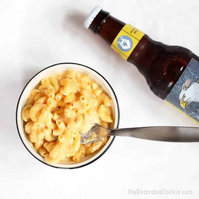 crock pot beer mac and cheese -- super creamy and delicious EASY slow cooker recipe for macaroni and cheese with beer