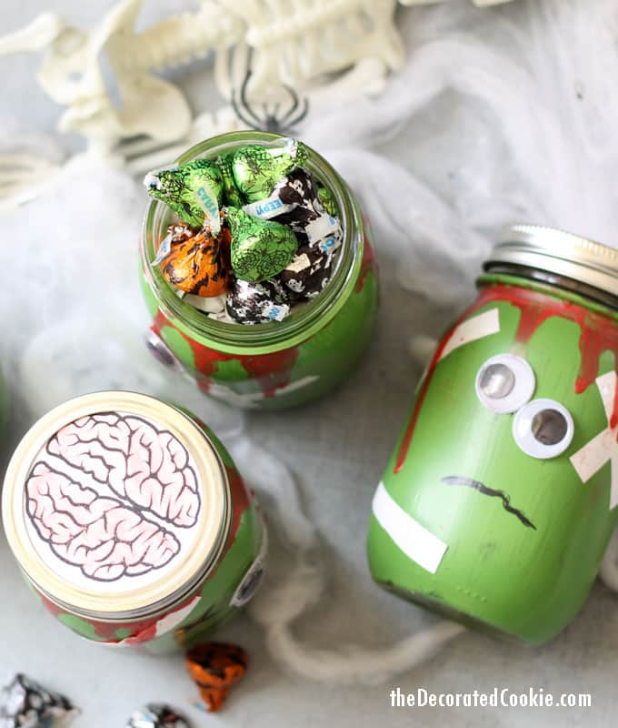 zombie mason jars with FREE brains printable -- Halloween craft -- Halloween decor