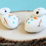 How to paint rocks: This winter, make melting snowman painted rocks. A cute, fun craft for kids or adults. Decorate your garden, indoor plants, or leave outdoors as a surprise.