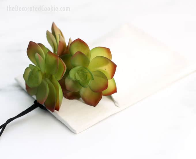 Home decor craft idea: This DIY clay wall vase is simple to make and adds such interest and beauty to your wall decor. Pop in some succulents, faux flowers, or even use it to store your spare set of glasses or keys. VIDEO included