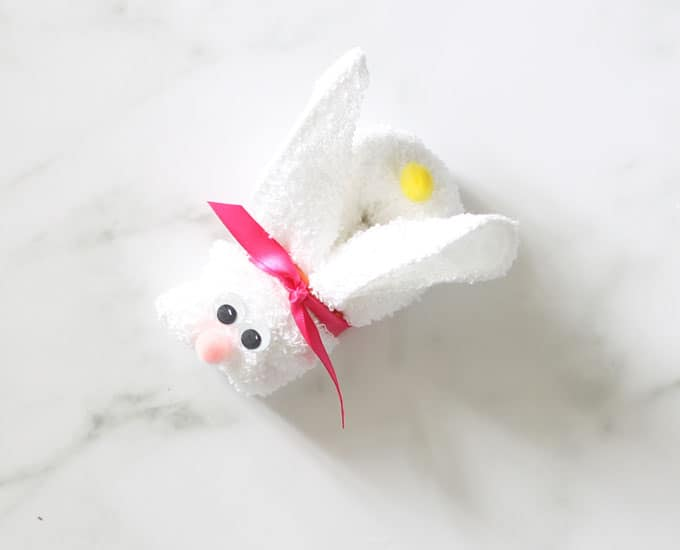 EASY wash cloth animals: These wash cloth bunnies and chicks take minutes to make and are a cute addition to an Easter basket or baby shower gift. Video how-tos.