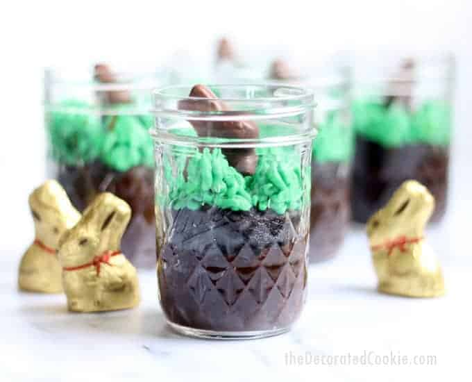 EASY chocolate Easter Bunny cupcakes in a jar! Fun food dessert for Easter and spring. #MasonJars #EasterDesserts #EasterBunny #EasterCupcakes
