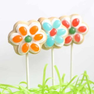 These jelly bean flower cookies on a stick are a cute and easy treat to make for Spring and Easter. #EasterDesserts #EasterTreats #SpringFlowers #FlowerCookies #JellyBeans #JellyBeanCookies #EasterCookies