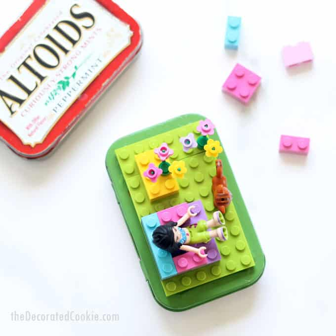 How to make Altoids tin Lego kits for kids. Upcycle Altoids tins to make cute Lego kits for birthday party favors or gifts. Easy craft idea. Video how-tos. #Legos #CraftsforKids #AltoidsTins #upcycle #LegoKit #TravelToys