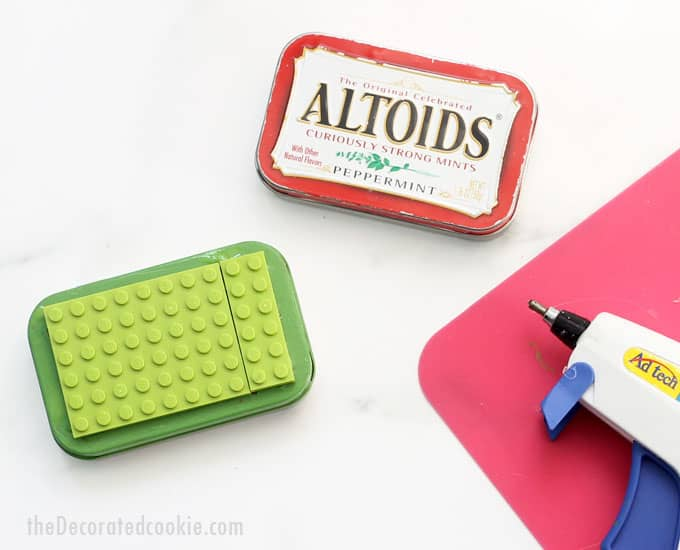 How to make Altoids tin Lego kits for kids. Upcycle Altoids tins to make cute Lego kits for birthday party favors or gifts. Easy craft idea. Video how-tos. #Legos #CraftsforKids #AltoidsTins #upcycle #LegoKit #TravelToys