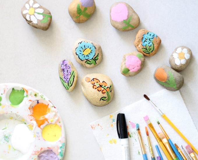 Flower painted rocks are a cute and easy kid or adult craft. This budget-friendly craft makes a great handmade gift idea for Teacher Appreciation, Mother's Day, birthdays, or just because. #Flowers #RockPainting #PaintedRocks #PaintedRockIdeas #MothersDay #giftideas #paintingideas #TeacherAppreciationGifts #Spring