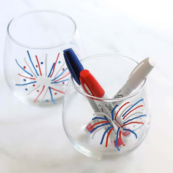 4th of July wine glasses: How to make fireworks painted wine glasses for the 4th of July, an easy, patriotic craft idea. How to draw fireworks. #wineglasses #paintedwineglasses #4thofjulycrafts #4thofJuly #fireworks #party