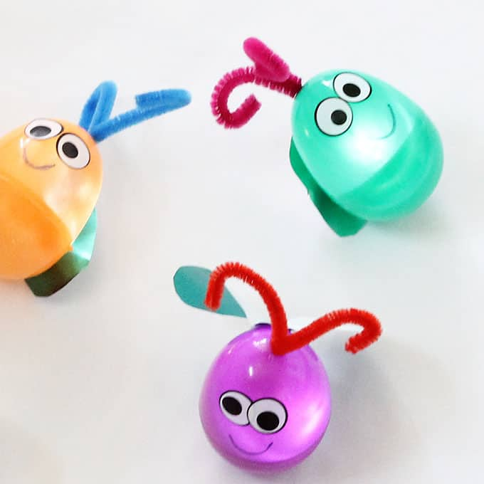 This firefly craft is a perfect summer craft idea for kids: Make light-up fireflies (or lightning bugs) from plastic Easter eggs. #FireflyCraft #SummerCrafts