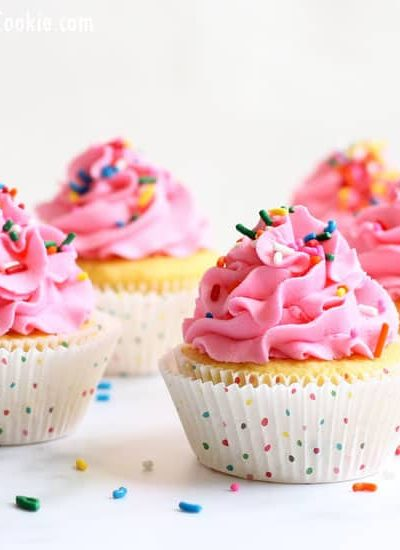 Bakery frosting recipe: How to make the perfect frosting at home, just like grocery store cakes. #frostingrecipe #buttercreamfrosting #grocerystorecake #BakeryRecipes #Bakeryfrosting #pinkcupcakes