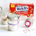 Lunch box ideas: Mason jar snack hacks for back to school. Make a mason jar snack container and a fruit and yogurt mason jar parfait with granola. Welch's Fruit 'n Yogurt Snacks are a perfect lunch box addition. #ad #WelchsFruitnYogurtSnacks #masonjars #snackhack #lunchboxideas #backtoschool #yogurtparfait #kids