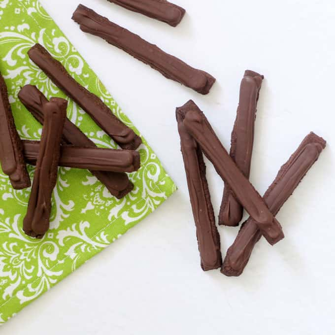 HOMEMADE THIN MINTS COOKIES -- chocolate mint cookies cut into sticks, topped with chocolate. Just like Girl Scouts Thin Mints cookies. #copycat #girlscoutcookies #thinmints #homemade #chocolate #mint