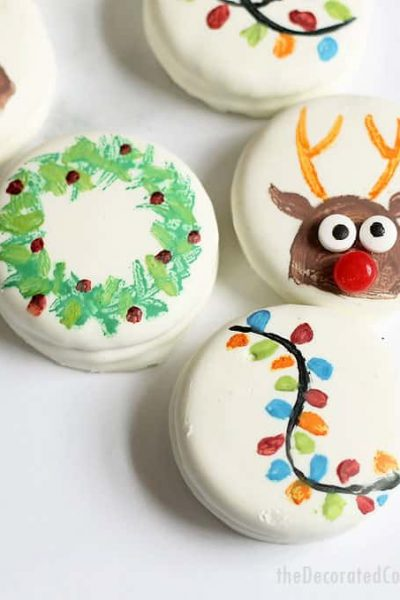 PAINTED CHRISTMAS OREOS -- how to paint a wreath, Rudolph the reindeer, and Christmas lights on chocolate-covered oreos with food coloring. Easy Christmas cookies. #oreos #cookiepainting #christmascookies