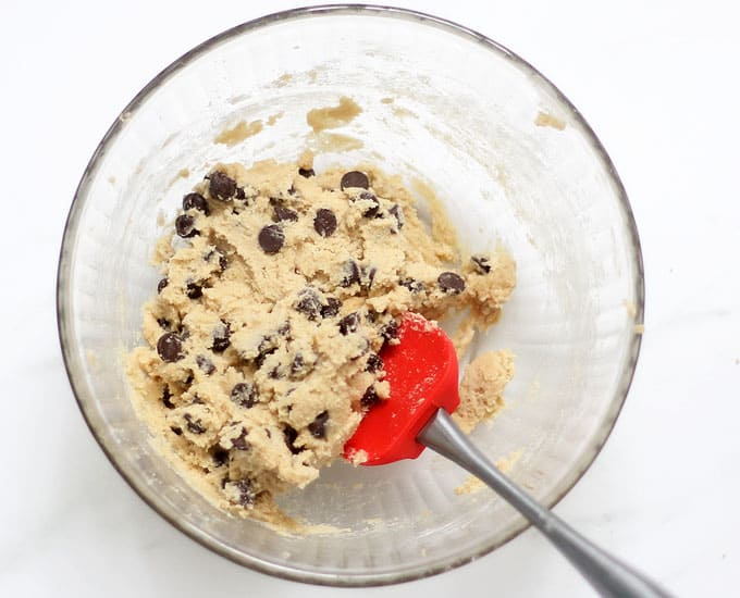 EDIBLE COOKIE DOUGH: The BEST chocolate chip cookie dough recipe! Made with no eggs and heat-treated flour, safe to eat. Video recipe. #ediblecookiedough #cookiedough #safecookiedough #chocolatechipcookies